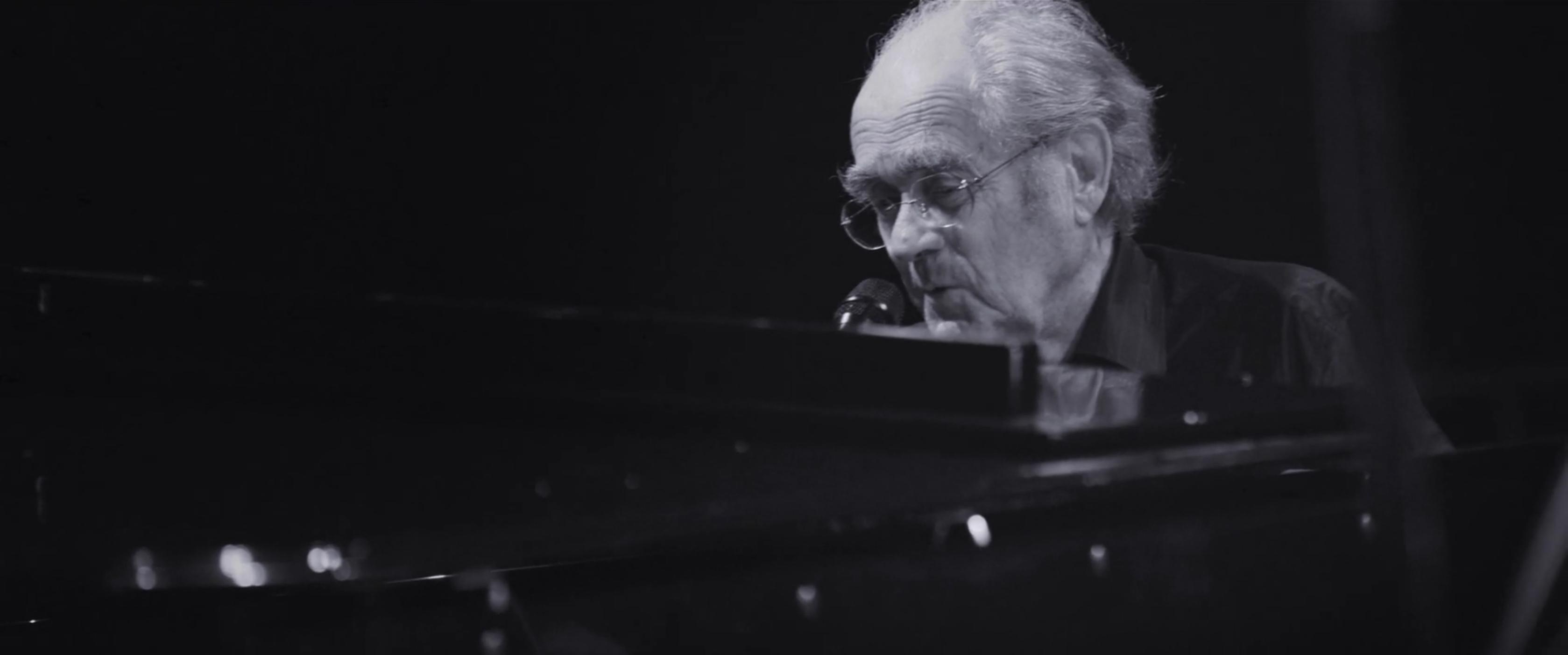 video de concert de michel legrand au piano