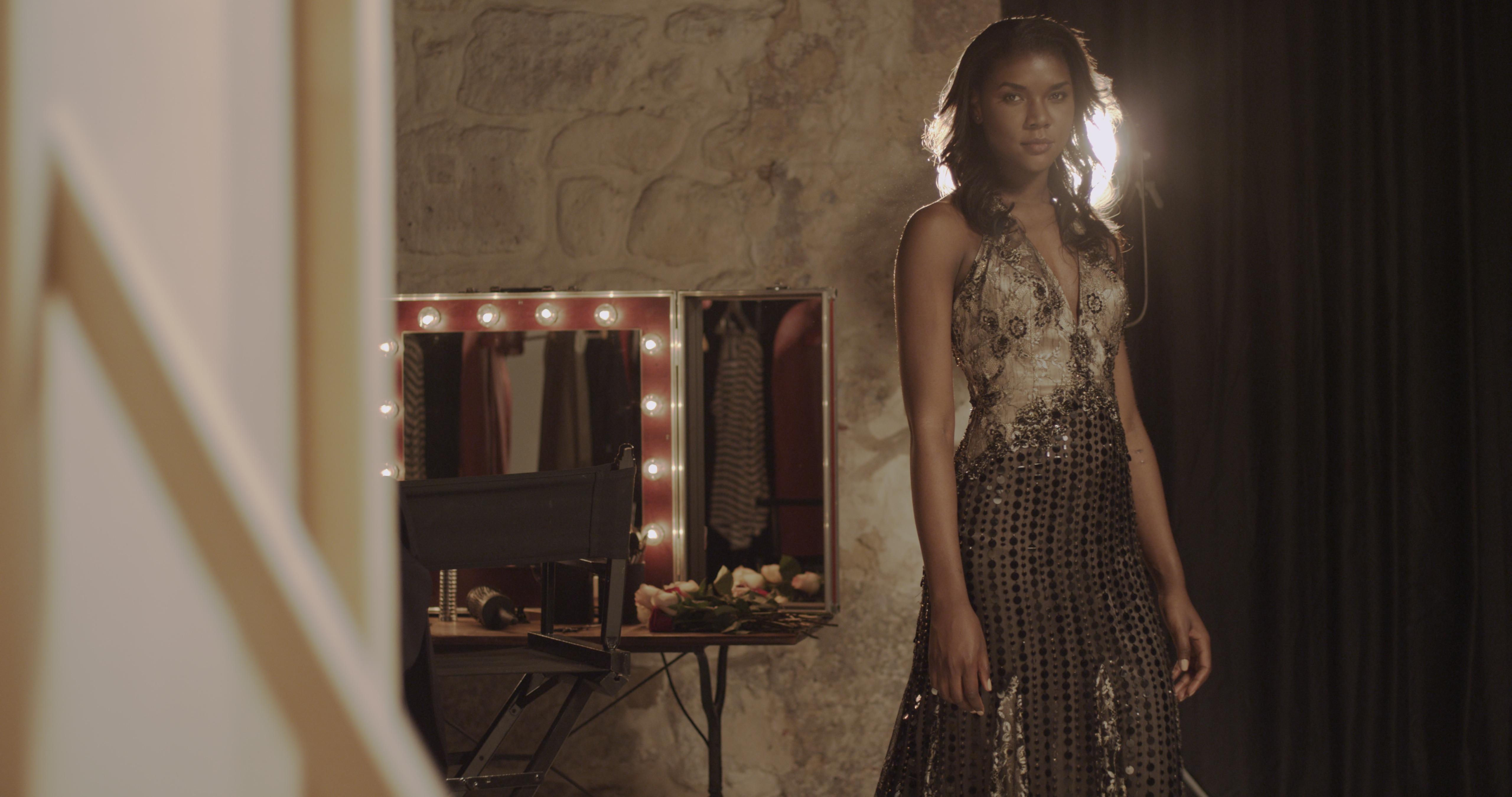 modele dans film publicitaire produit de beauté cheveux