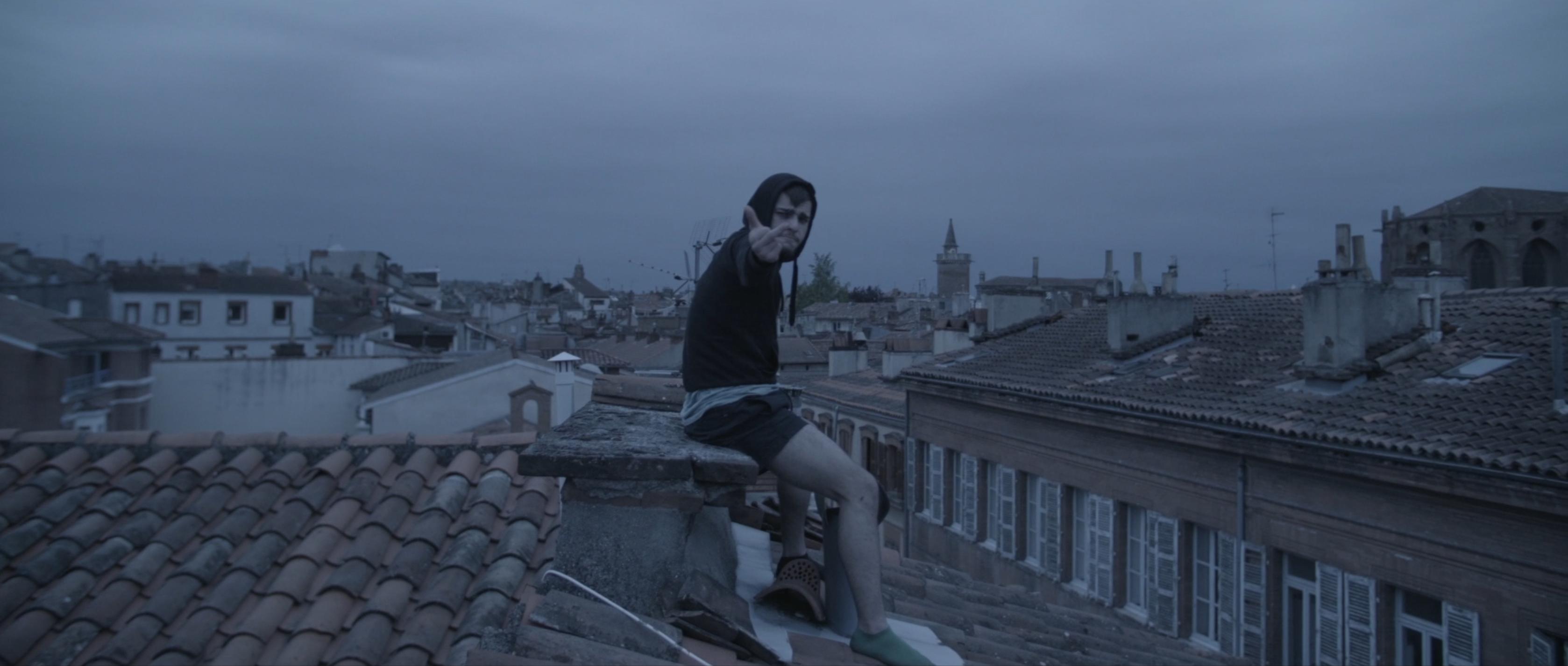 comédien jeune sur un toit