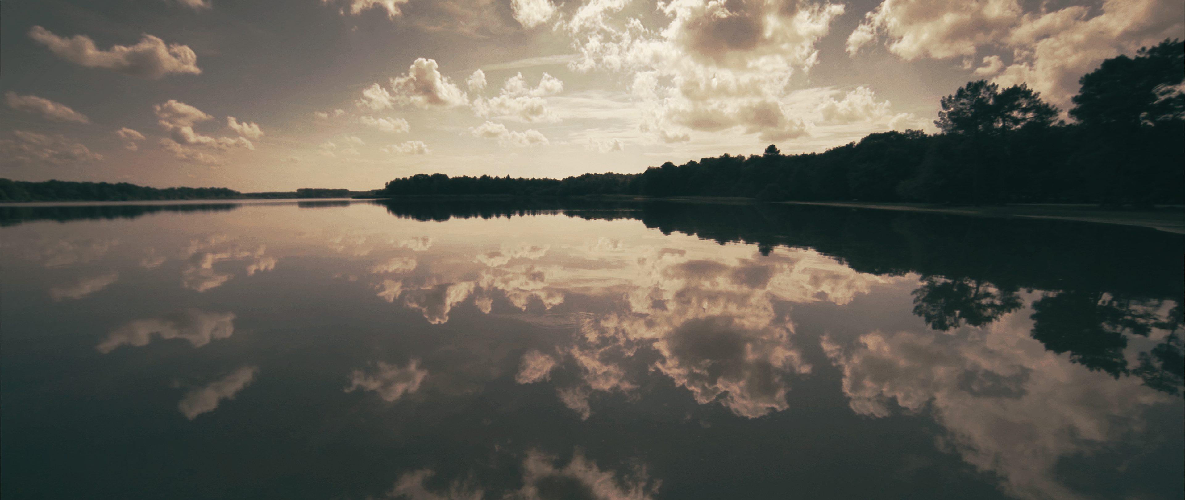 fleuve plat et reflection au drone