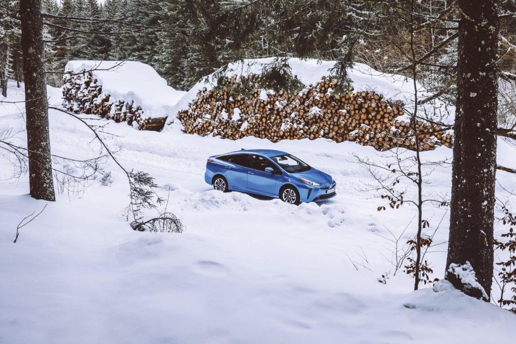 voiture toyota prius sur route de neigne dans les alpes