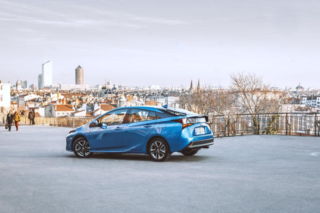 panorama de ville de lyon avec voiture toyota prius photo de presse